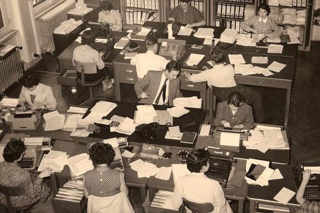 Machines à écrire et téléphones étaient les principaux outils de travail des banquiers de la Place au cours des années 1950. (Photo: Bil / Archives)