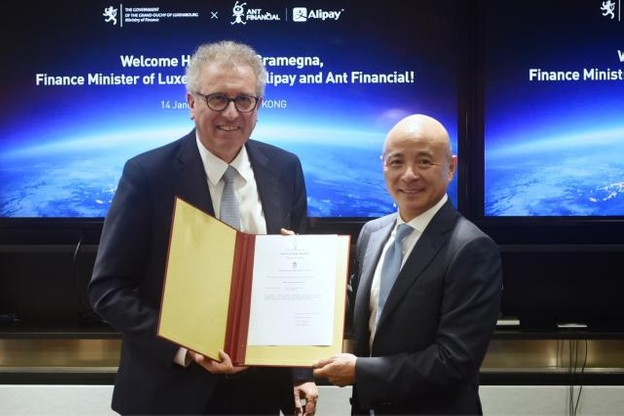 Le 14 janvier, le ministre des Finances, Pierre Gramegna, a remis sa licence au vice-président et directeur juridique d'Ant Financial, Leiming Chen. (Photo: SIP)