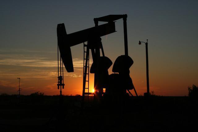 Le pétrole continue d'être pompé et son prix de chuter.  (Photo: Pixabay)