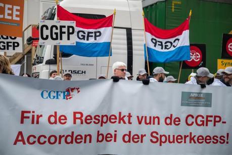 Quelque 150 personnes se sont réunies mardi devant le siège de la BCEE pour demander l'application de l'accord de la fonction publique au sein de l'établissement bancaire. (Photo: Nader Ghavami)