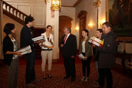En septembre 2014, les initiateurs de Fir de Choix remettent une pétition au président de la Chambre des députés, Mars di Bartolomeo. (Photo: chd.lu)