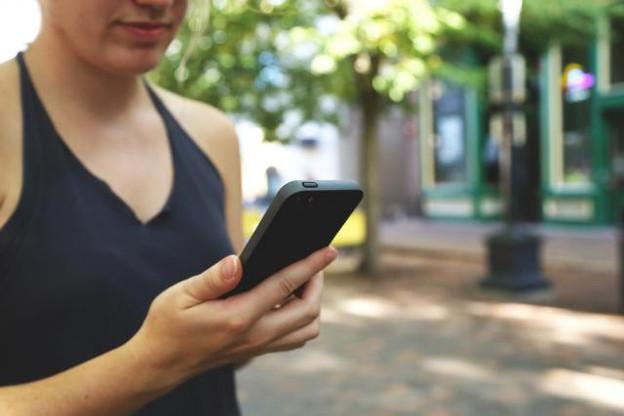 Les touristes européens ne devront bientôt plus craindre d'utiliser leur smartphone en vacances. (Photo: licence cc )