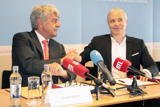 Romain Wolff, président de la CGFP, et le ministre de la Fonction publique, Dan Kersch, ont signé l'accord ce vendredi matin. (Photo: gouvernement luxembourgeois)