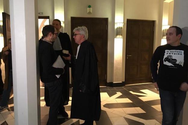 Antoine Deltour et ses défenseurs, Me Penning et Me Bourdon, ont rappelé la volonté de dénoncer les dérives fiscales des rulings avant que l'auditeur ne copie des centaines de fichiers sur le serveur de PwC en octobre 2010. (Photo: Maison Moderne)
