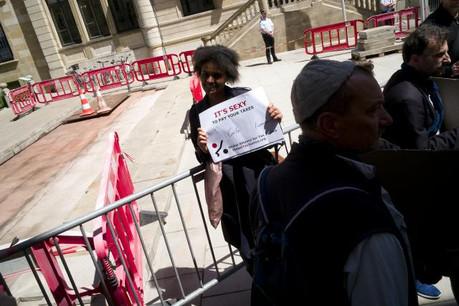Une des manifestants devant la Chambre des députés le 18 mai dernier à l'appel de GlobalTaxJustice. (Photo: Christophe Olinger / archives)