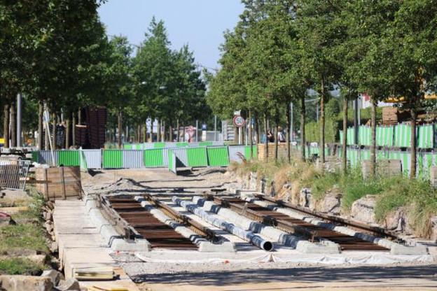 Les tout premiers rails du tracé du tram au Kirchberg ont été posés. Les 33 kilomètres nécessaires à la réalisation du premier tronçon devraient être en place d'ici le début 2017. (Photo: Luxtram)
