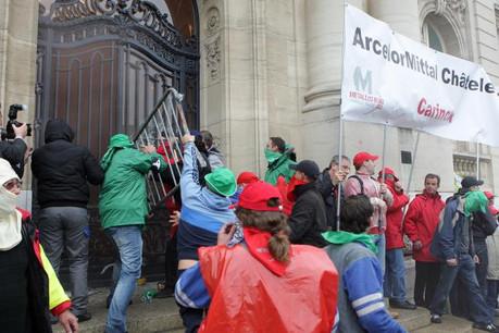 ArcelorMittal fermait ses sites en Europe et au Luxembourg, provoquant la colère de ses ouvriers, et se voyait attribuer des quotas de CO2 gratuits. (Photo: Luc Deflorenne / archives)