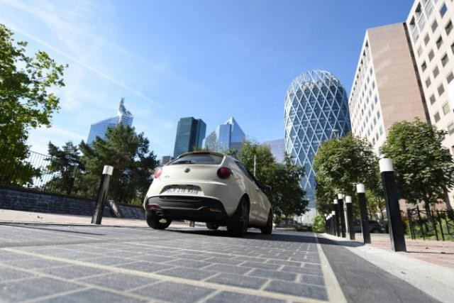 Les entreprises Colas et Eurovia sont mandatées dans le projet de revêtement de chaussées thermique piloté par la Ville de Paris et financé par l'Union européenne. (Photo: Defense92)