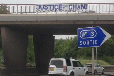 Les soutiens à Medjoub Chani ont déployé leurs banderoles à différents endroits sur les autoroutes du pays. (Photo: DR)