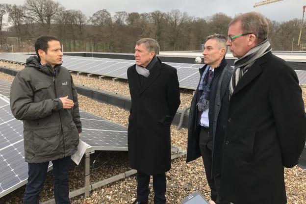 Quelque 4.590 panneaux photovoltaïques ont été installés sur le toit de l'Atert-Lycée de Redange en décembre 2013 et ont produit depuis 96% de l'énergie électrique consommée par le bâtiment. (Photo: DR)