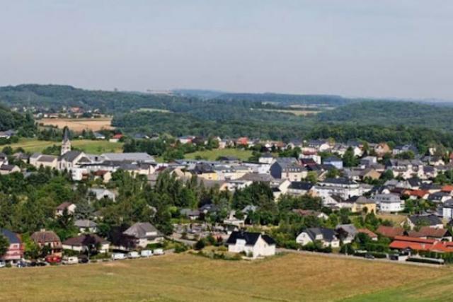 Urbaniser au centre de la localité ou étendre le périmètre de logement à Leudelange-gare, c'était la question. (Photo: commune de Leudelange)