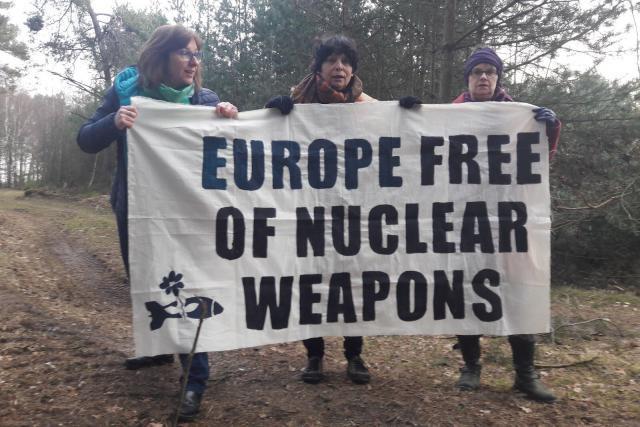 Tilly Metz (ici à gauche) a été arrêtée sur la base militaire de Kleine-Brogel en Belgique ce mercredi matin avec les eurodéputées Michèle Rivasi et Molly Scott Cato. (Photo: Twitter / @MicheleRivasi)