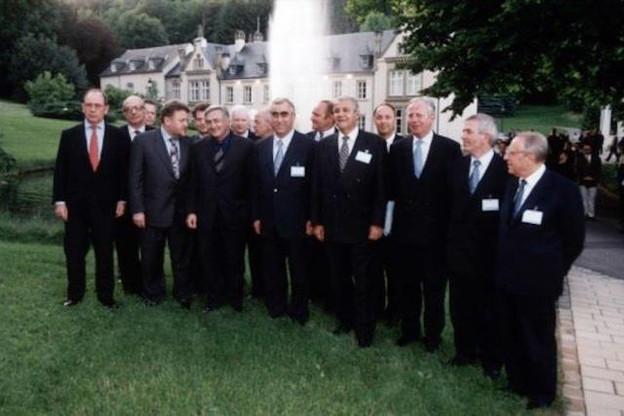 Photo de famille lors de la première réunion de l'Eurogroupe. On y reconnaît Robert Goebbels, à la gauche du Français Dominique Strauss-Kahn ainsi que le Belge Philippe Maystadt, à sa droite à l'arrière. (Photo: SIP)