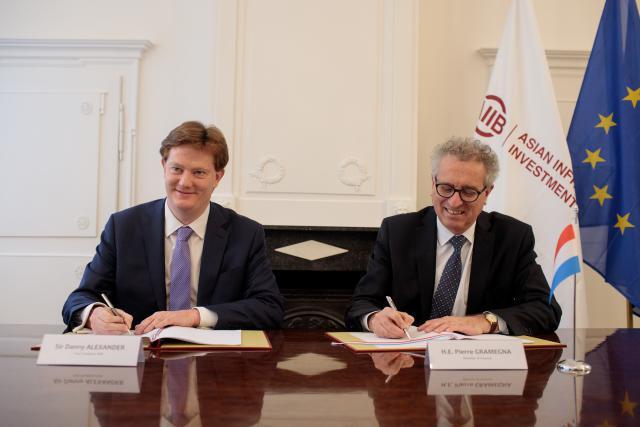 Danny Alexander et Pierre Gramegna ont acté ce mardi l'organisation de l'assemblée générale de l'AIIB en juillet 2019 au Luxembourg. (Photo: Matic Zorman)