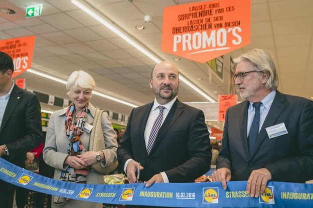 Étienne Schneider, ministre de l'Économie, était présent pour couper le ruban du nouveau point de vente, aux côtés de Christine Gläser, ambassadrice d'Allemagne au Luxembourg et Gaston Greiveldinger, bourgmestre de Strassen. (Photo: Sven  Becker)