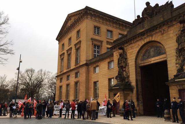 Une cinquantaine de personnes sont venues soutenir Édouard Perrin et Raphaël Halet dans leur recours contre l'ordonnance qui a conduit à une perquisition musclée chez l'ancien salarié de PwC. (Photo : Maison Moderne)