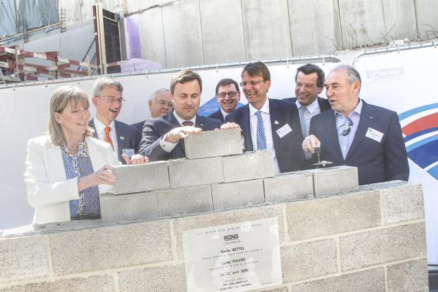 Le bâtiment Kons s'apprête à revivre. Le Premier ministre Xavier Bettel en a posé la première pierre, aux cotés de l'actuel et de l'ancien CEO d'ING Luxembourg. (Photo: Luc Deflorenne )