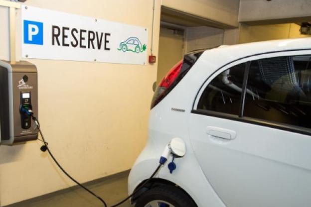 Tout comme les véhicules hybrides, les voitures électriques ont fait leur apparition dans les flottes de société, pour des trajets urbains ou périurbains. (Photo: Charles Caratini / archives)