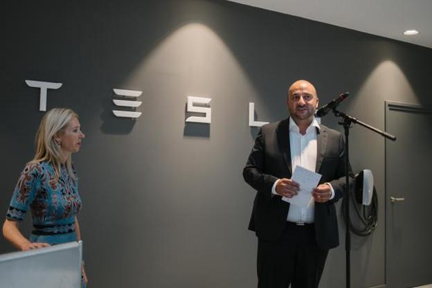 An de Pauw, country manager Tesla Benelux et Étienne Schneider, ministre de l'Économie lors de l'inauguration. (Photo: Marion Dessard)