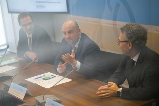 Pascal Rogiest (à gauche) et Denis Kiselev ont signé un important accord en présence du ministre de l'Économie, Étienne Schneider. (Photo: Sven Becker)