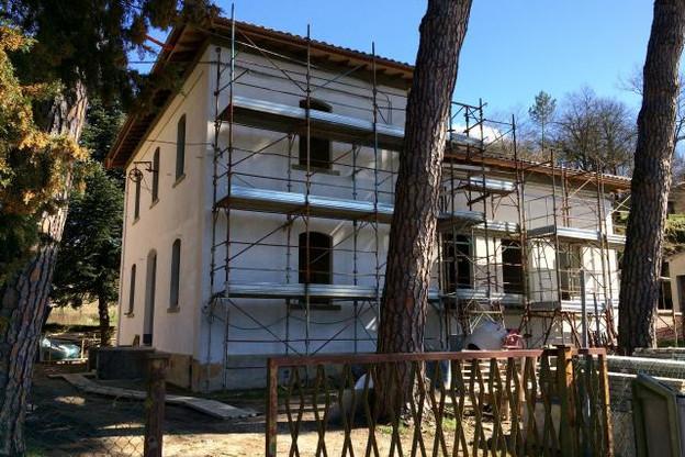 Cette ancienne école à la frontière de la Toscane et de l'Ombrie est en cours de transformation par le bureau Steinmetzdemeyer. (Photos: Steinmetzdemeyer)