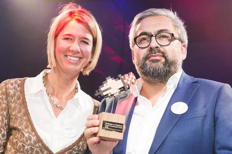 Mike Koedinger lors de la remise du prix, hier soir à Bruxelles, aux côtés de la présidente du jury Géraldine Reinarz (MarCom Manager chez Sodexo). (Photo: Media Marketing)