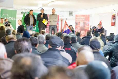 Les 225 salariés de Mangen écoutent attentivement les démarches à suivre. (Photo : Charles Caratini)