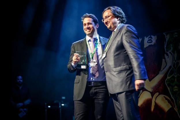 Romain Mazeries, CEO de Leetchie Corp, a reçu son prix des mains de Jean Diederich. (Photo: Maison Moderne Studio)