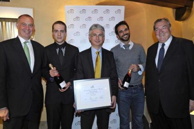 Charles Denotte (Citi) et Henri Grethen (président du jury) entourent les finalistes Yves Greiss, Marc Fassone et Pierre Sorlut. (Photo : Editpress Luxembourg)