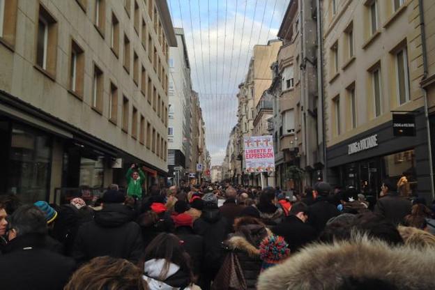 Marche silencieuse improvisée dans les rues piétonnes ce dimanche en hommage aux victimes des attentats terroristes. (Photo: DR)