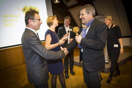 Jean-Pierre Mullenders, directeur de Randstad Luxembourg, remet le prix à Romain Mannelli pour RTL. (Photo: Blitz Agency)