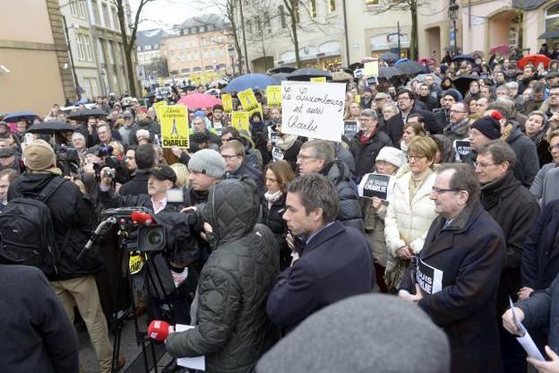 Plusieurs centaines de personnes ont répondu au rassemblement organisé à 11h 30 place Clairefontaine. Des journalistes. Des responsables politiques. Et des citoyens. Tout simplement. (Photo: Christophe Olinger)