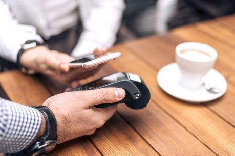 L'application mobile de paiement fournie par la banque active la fonction de paiement NFC du téléphone à la demande. (Photo: Fotolia / B.Nenin)