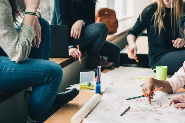Selon la nouvelle étude Pisa publiée mardi, et un constat partagé dans pratiquement tous les pays analysés, les jeunes filles surpassent les jeunes garçons dans la résolution collaborative de problèmes. (Photo: DR)