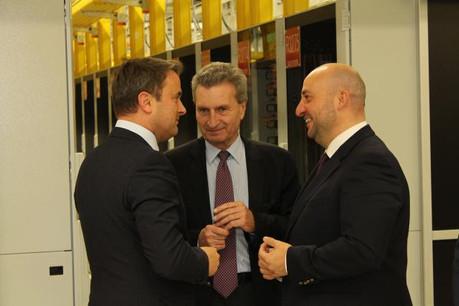 Günther Oettinger, commissaire européen à l'Économie et à la Société numérique est entouré de Xavier Bettel et d'Étienne Schneider, ses invités, dans le nouvel espace de stockage de la Commission. (Photo: CTIE)