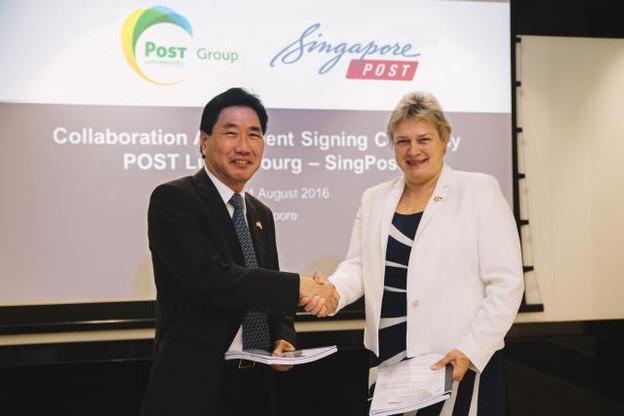 Sam Ang, CEO de Quantium Solutions, filiale de SingPost, et Hjoerdis Stahl, directrice de Post Luxembourg, finalisant l'accord.  (Photo: SingPost)