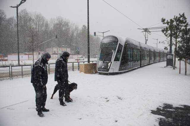 Le tram a fait une petite sortie de rails lundi soir. (Photo: Anthony Dehez)