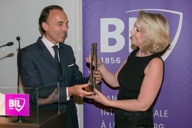 La dernière lauréate en date, Carole Caspari, a reçu son prix des mains de Hugues Delcourt, CEO de la Bil. (Photo: Eric Chenal / archives)
