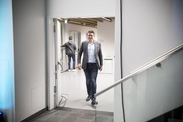 Sven Clement est venu assister à la soirée électorale de RTL en vainqueur dimanche soir. (Photo: Anthony Dehez)