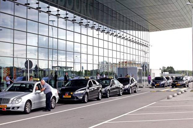 Selon la Fédération des taxis, la sous-location des licences à l'aéroport permet aux propriétaires de gagner entre 1.500 et 2.000 euros par mois. (Photo: Olivier Minaire/archives )