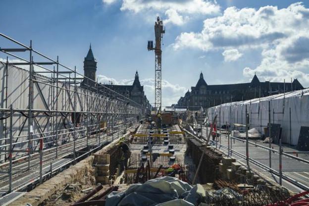 Les voitures et les piétons pourront à nouveau franchir la Pétrusse sur le pont Adolphe entre «l'automne et l'hiver», selon les responsables du chantier. (Photo: Sven Becker)