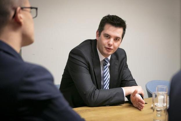 Plusieurs dossiers importants attendaient Lex Delles sur son nouveau bureau de ministre. (Photo: Patricia Pitsch / Maison Moderne)