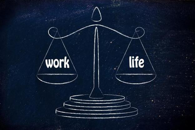 La campagne publicitaire de Samsung présente deux produits imaginaires censés aider les travailleurs à restaurer cet équilibre: Balance Mouse et Balance Clock. (Illustration: Shutterstock)