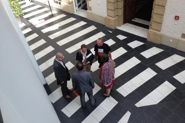 L'avocat Me Sam Ries, entouré de Tatiana K., Christian S., Danielle H. et Lucien S. au Palais de justice en septembre. (Photo: Maison moderne / archives)