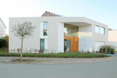 La maison s'ouvre généreusement côté rue, avec une large partie vitrée à l'étage. (Photos: Morph4 Architecture)