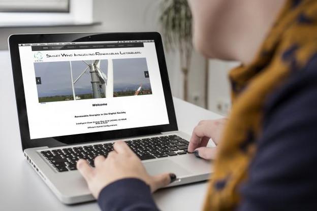 Swirl a innové en développant des éoliennes verticales dont les pales sont recouvertes de film solaire et la base de panneaux photovoltaïques. (Photo: Maison Moderne)