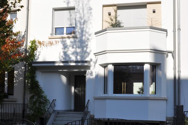 La façade sur rue a été rénovée pour retrouver son aspect d'origine. (Photo: Agence d'architecture Stanislaw Berbec')