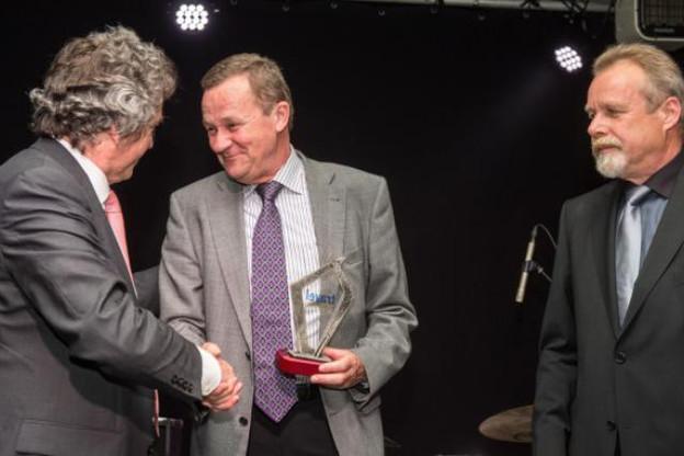 Fernand Brisbois reçoit son prix des mains de Robrecht Willaert (Travel Magazine) (Photo: Charles Caratini)