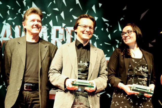 Änder Hirtt et Carole Retter (Moskito) entourant Marc Neuen (Yellow), récompensés lors des derniers Media Awards il y a un an. (Photo : Olivier Minaire /archives)