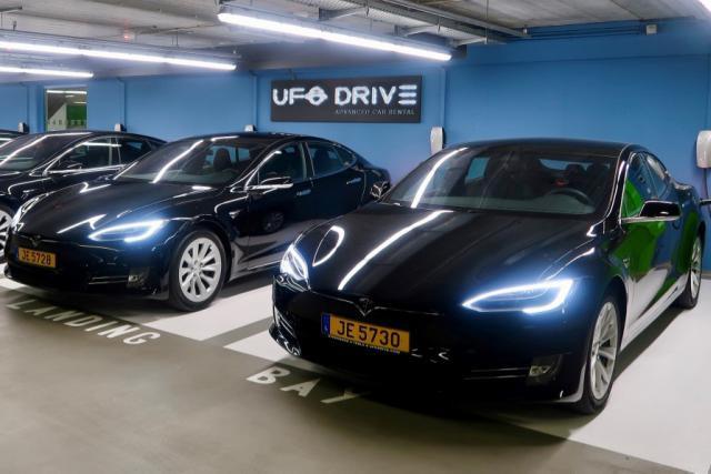 Les premiers «véhicules électriques premium»du loueur sont installés dans le parking souterrain du Findel. (Photo: UFO Drive)
